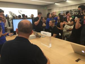 Pessoas assistindo a um workshop, com imagens espelhadas em uma AppleTV