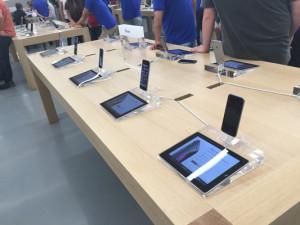 iPhones com iPads sendo usados para mostrar as especificações de cada aparelho.