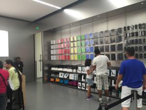 Prateleiras com capas de iPads organizadas por cor.